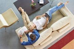 Entspannte Paare zu Hause Stockfoto