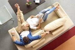 Entspannte Paare zu Hause Stockbild