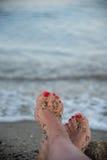 Entspannte sandige Füße, stehend auf Strand still Lizenzfreies Stockfoto