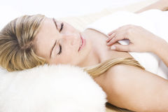 Entspannte schöne Blondine Lizenzfreie Stockbilder