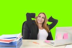 entspannte sich die blonde 40s Geschäftsfrau, die an der BüroLaptop-Computer arbeitet, grünen Farbenreinheitsschlüssel Lizenzfreie Stockfotografie