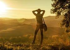 Entspannter Abenteuerfrauenwanderer, der Sonnenuntergang in Toskana genießt stockfotos
