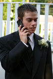 Entspannter Abschlussball-Junge auf Telefon-Vertikale Stockfoto