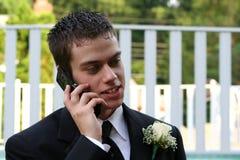 Entspannter Abschlussball-Junge am Telefon horizontal Stockfotos