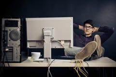 Entspannter Admin an seinem Schreibtisch Lizenzfreie Stockbilder