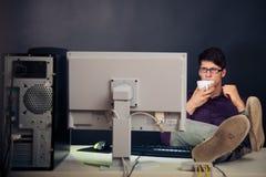 Entspannter Admin an seinem Schreibtisch Lizenzfreies Stockbild