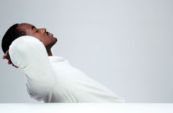 Entspannter afrikanischer Mann, der an seinem Arbeitsplatz sleaping ist Lizenzfreie Stockfotos