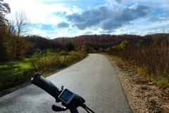 Entspannter Antrieb durch die Hügel stockfoto