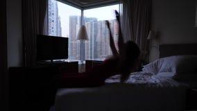 Entspannter Frauenfall auf Bett stock video footage