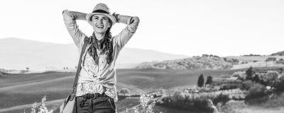 Entspannter Frauenwanderer, der Toskana-Ansicht untersucht Abstand genießt Stockbild