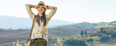 Entspannter Frauenwanderer, der Toskana-Ansicht untersucht Abstand genießt Stockfotografie