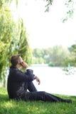 Entspannter Geschäftsmann, der mit seinem Handy spricht Lizenzfreie Stockfotografie