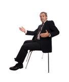 Entspannter Geschäftsmann gesetzt auf einem Stuhl stockfoto