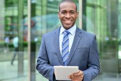 Entspannter Geschäftsmann unter Verwendung seiner digitalen Tablette Lizenzfreie Stockfotos