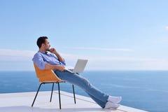 Entspannter junger Mann zu Hause auf Balkon Stockfoto