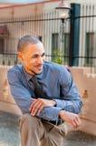 Entspannter junger professioneller schwarzer Mann Stockfoto