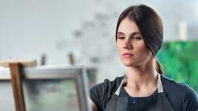 Entspannter Maler weiblich im Schutzblech, das Kunsttherapie-Zeichnungsbild in der mittleren Nahaufnahme des Studios genie?t stock video footage