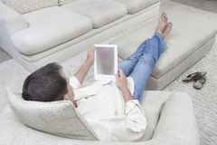 Entspannter Mann, der Digital-Tablette verwendet Lizenzfreies Stockbild