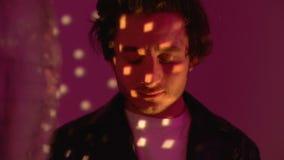 Entspannter Mann, der LSD-Kladde im Nachtklub nimmt, um euphorischen Effekt von den Drogen zu genießen stock video footage