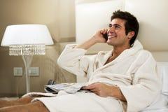 Entspannter Mann im Bett Lizenzfreie Stockfotos