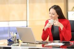 Entspannter Unternehmer, der mit Kaffee arbeitet lizenzfreie stockbilder