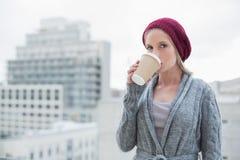 Entspannter zufälliger blonder trinkender Kaffee draußen Lizenzfreies Stockfoto