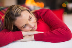 Entspanntes blondes Lügen auf der Couch am Weihnachten Lizenzfreie Stockfotos