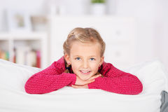 Entspanntes blondes Mädchen auf Sofa Lizenzfreie Stockfotos