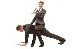 Entspanntes Geschäftsfraureiten auf Mannfunktion Lizenzfreies Stockfoto
