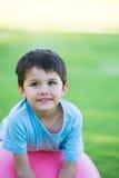 Entspanntes glückliches hispanisches Jungenporträt im Freien Stockfotografie