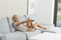 Entspanntes Mädchen auf Sofa Lizenzfreie Stockfotos