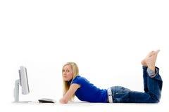 Entspanntes Mädchen, das Computer verwendet Lizenzfreie Stockfotografie