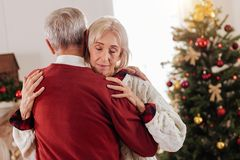 Entspanntes Tanzen der weiblichen Person mit ihrem Mann Lizenzfreie Stockbilder