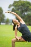 Entspanntes Yoga der jungen Frau im Park Stockfotos