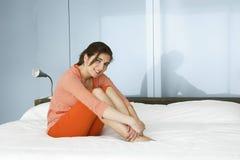 Entspannung auf Bett Stockfotos