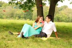 Entspannung auf dem Gras Lizenzfreie Stockbilder