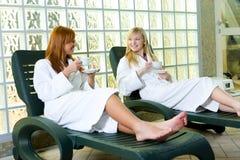 Entspannung auf einem deckchair Lizenzfreie Stockfotos