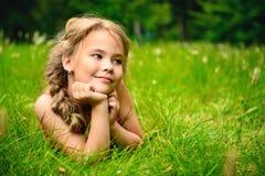 Entspannung auf einem Gras stockbild