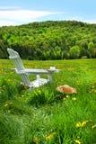 Entspannung auf einem Sommerstuhl Lizenzfreies Stockfoto