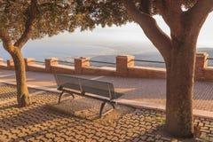 Entspannung auf einer Bank im Stadtpark, Apulien Lizenzfreie Stockfotos