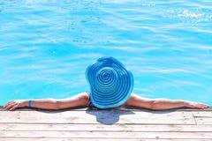 Entspannung an den Feiertagen am Pool Lizenzfreies Stockbild