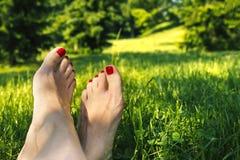 Entspannung in der Freizeit in den Gartenparkbeinen Stockbilder