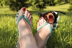 Entspannung in der Freizeit in den Gartenparkbeinen, die Konzept treffen Lizenzfreie Stockfotografie