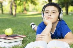 Entspannung in der Natur mit Buch und Musik Stockfoto