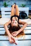 Entspannung des recht jungen Mädchens im Freien in der schwarzen Badebekleidung Stockfotografie
