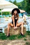 Entspannung des recht jungen Mädchens im Freien in der schwarzen Badebekleidung Lizenzfreie Stockfotografie