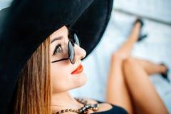 Entspannung des recht jungen Mädchens im Freien in der schwarzen Badebekleidung Lizenzfreies Stockbild