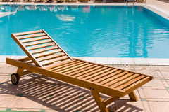 Entspannung durch das Pool Lizenzfreie Stockfotografie
