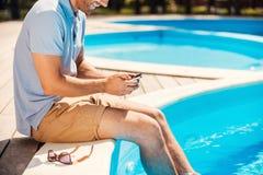 Entspannung durch das Pool Lizenzfreie Stockfotos