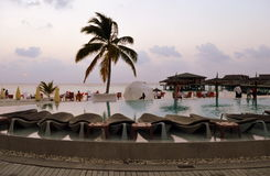 Entspannung durch das Pool Lizenzfreie Stockbilder